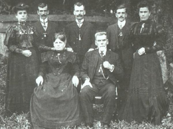 Sentados: Philippine (Dienstmann) e seu marido Johann Kappel, de pé da esquerda para direita: Lidia Petersen, Adolfo Kappel, Fernando Kappel, Alberto Kappel e Idalina Kraemer.