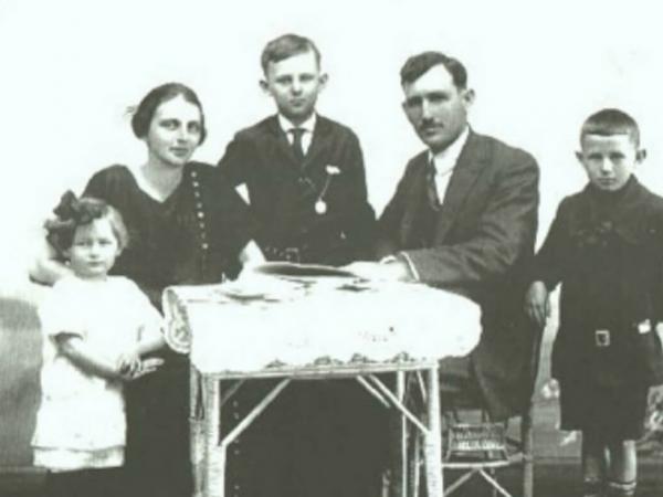 Jacó Guilherme Dienstmann e Elvine (Bauermann) Dienstmann com seus filhos: Vera, Willy e Valter Henrique